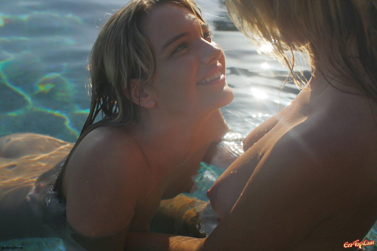 Блондиночки красуются и вместе купаются в бассейне