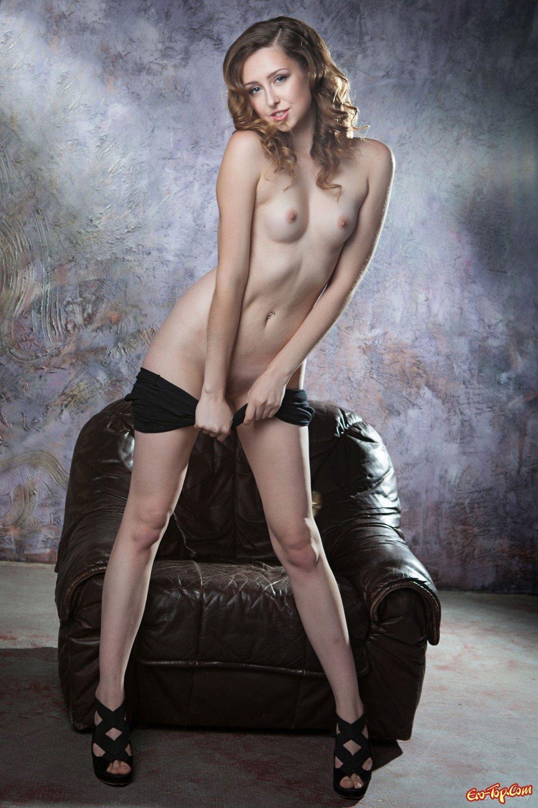 Девушка снимает платье и показывает сексуальное тело