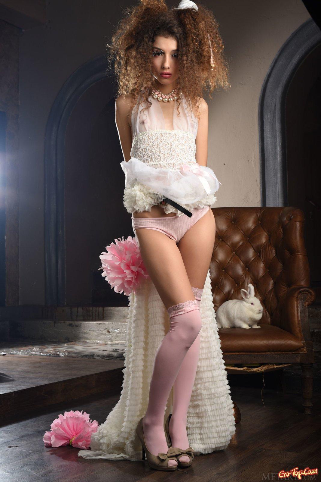 Стройная барышня возбуждено делает селфи в розовых гетрах секс фото