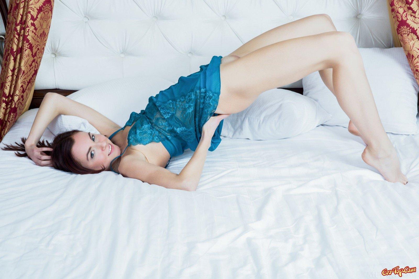 Стройная красотка оголяет тело и позирует в постели