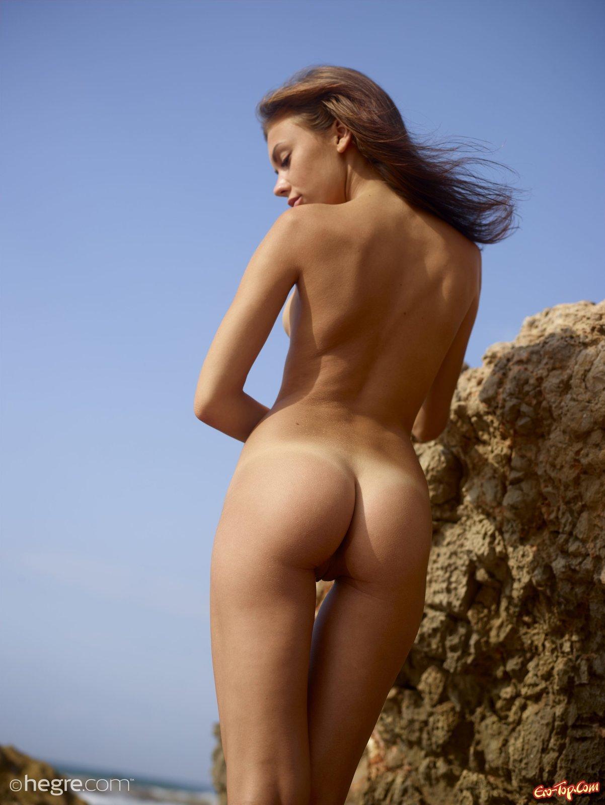 Игривая смуглая худышка выставила напоказ голые сиси на пляже