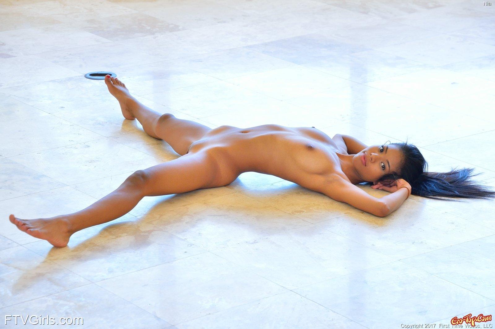 Гибкая японка показывает роскошное голое тело смотреть эротику