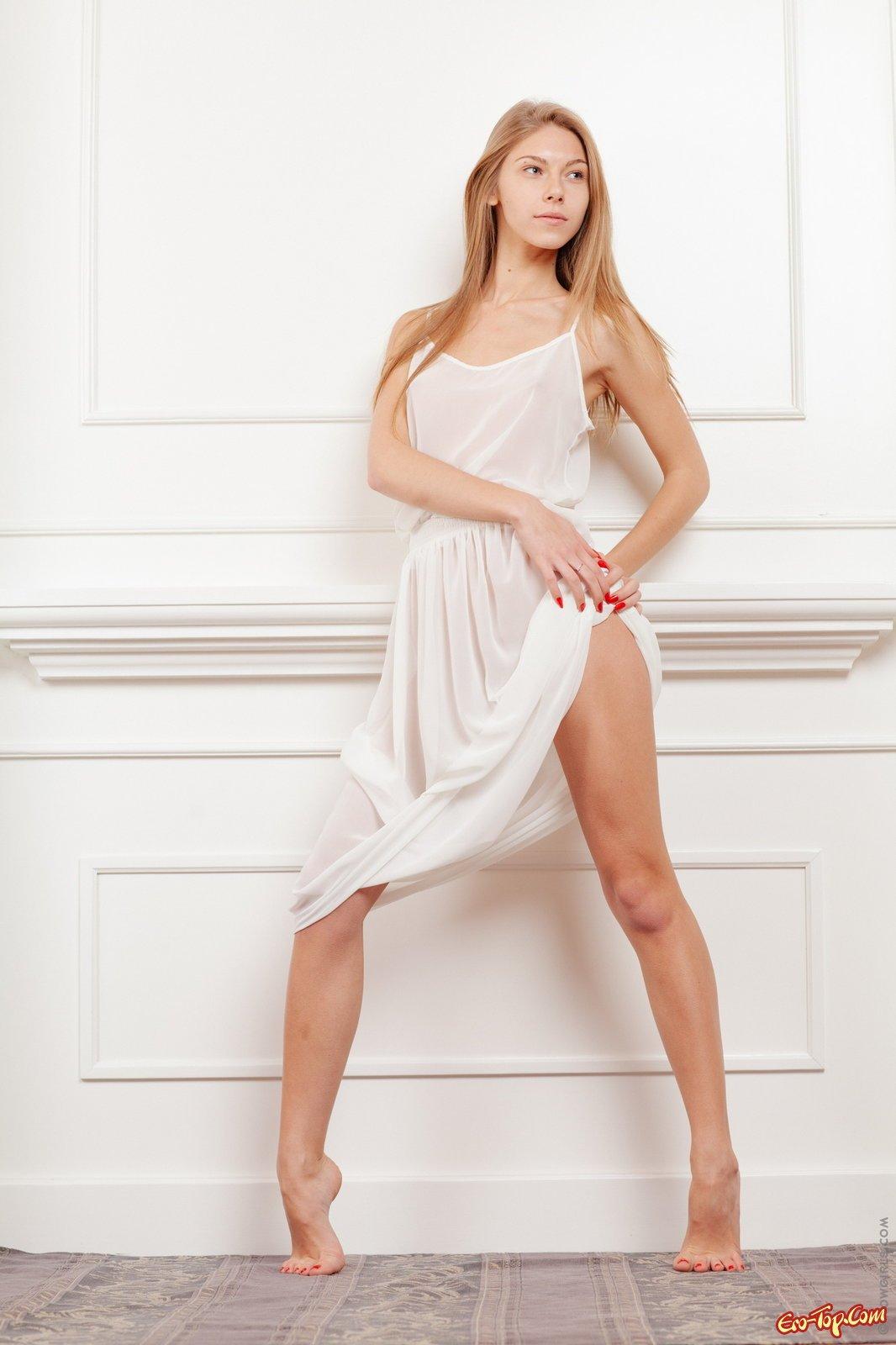 Блондинка с выдающимися ногами