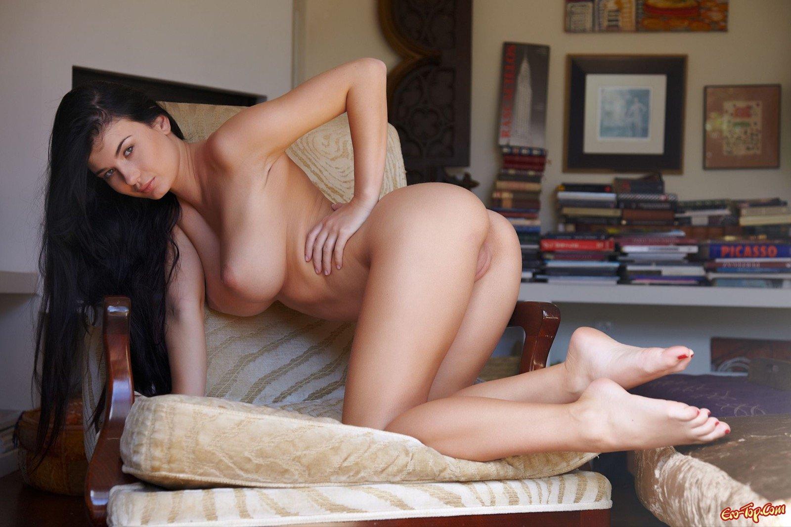 Девка стягивает платье и обнажает крупную грудь