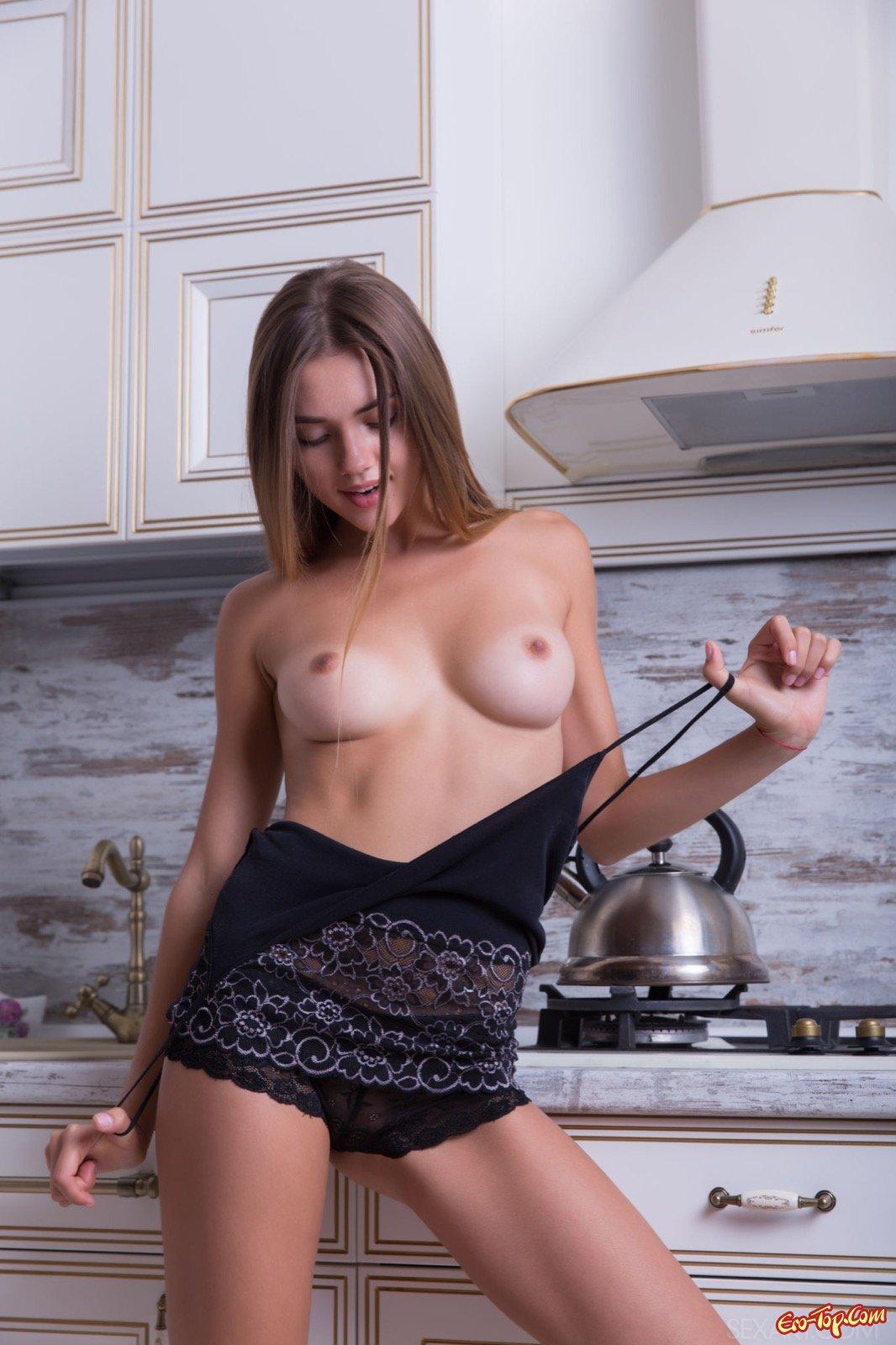 Девушка показала сиськи на кухне