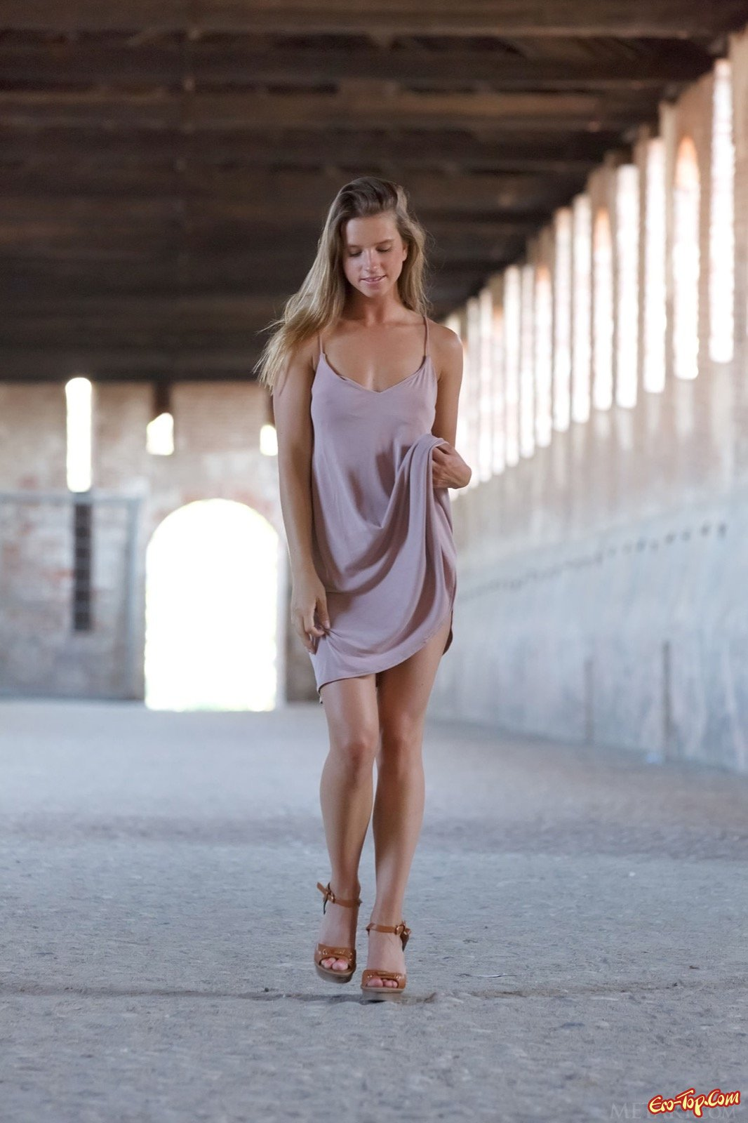 Красотка снимает платье и позирует голой в постели