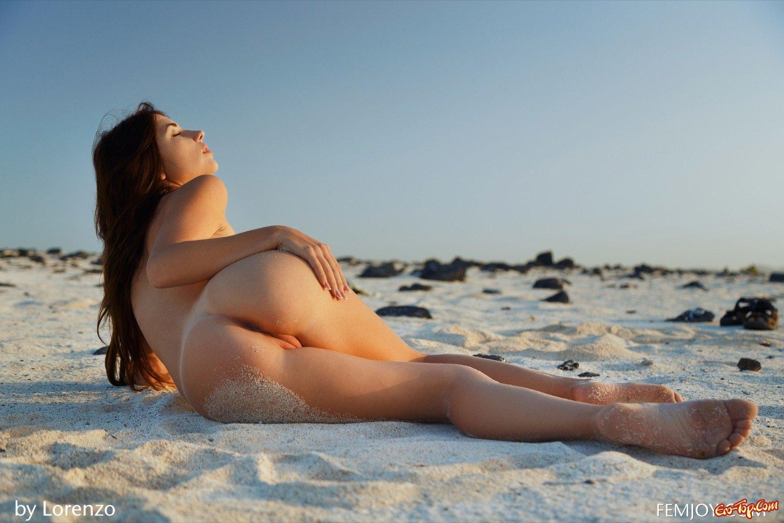 Обнаженная темненькая девушка на пляже в пляже