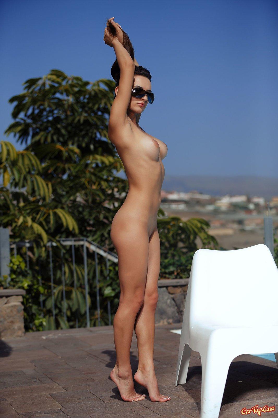 Красотка показывает сексуальное тело на солнышке