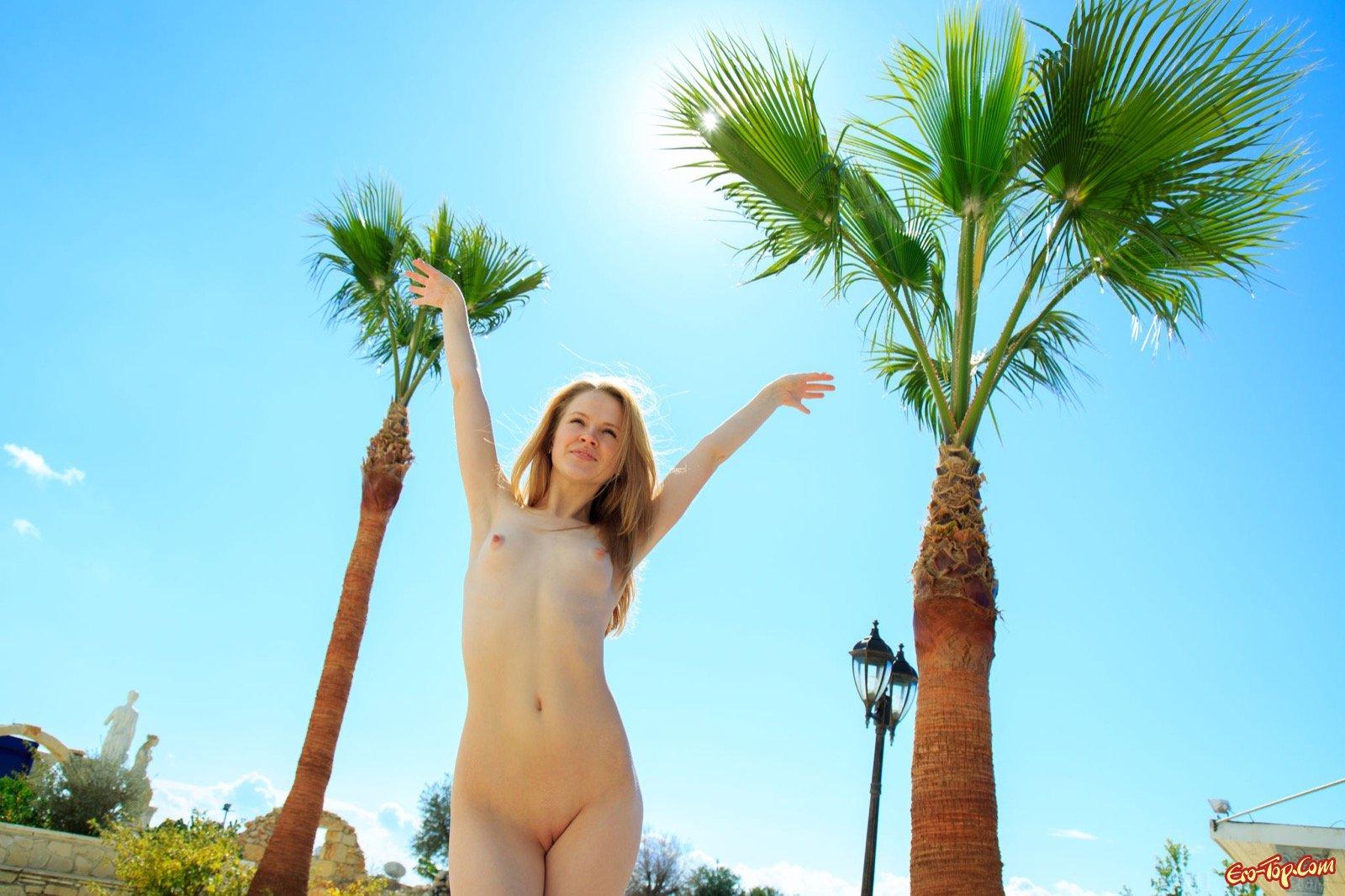Баба оголяется в общественном месте демонстрируя голые сиськи