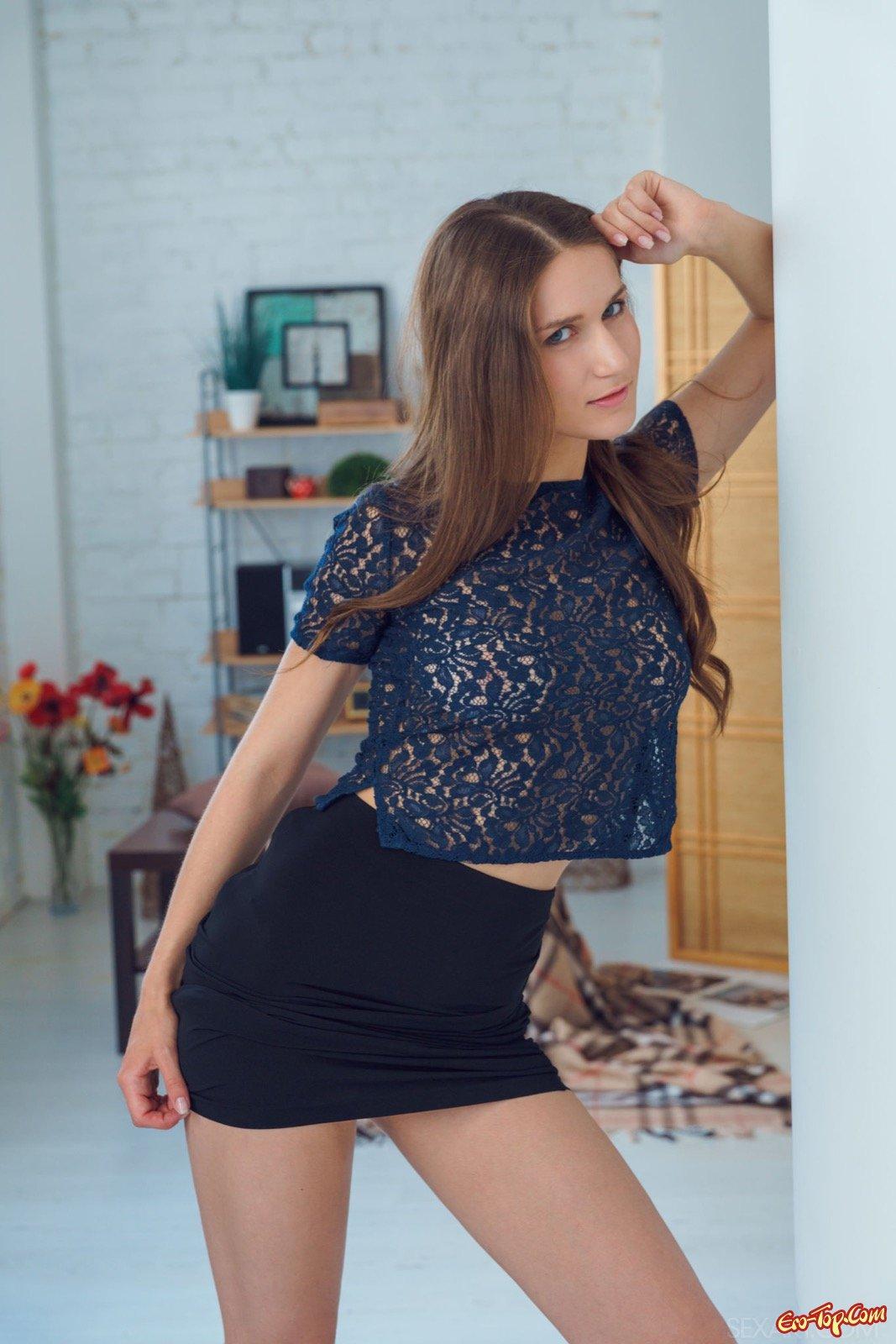 Девушка стягивает юбку и трусики показывая киску