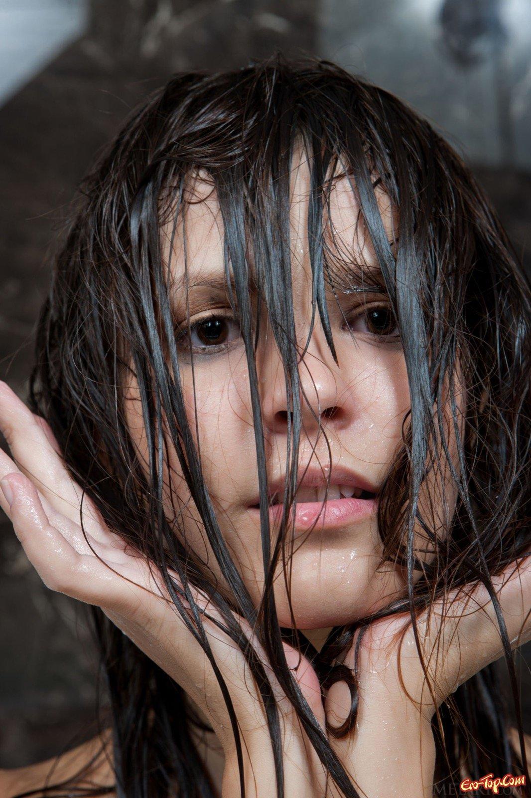 Раздетая топ-модель показывает соблазнительное тело в ванной