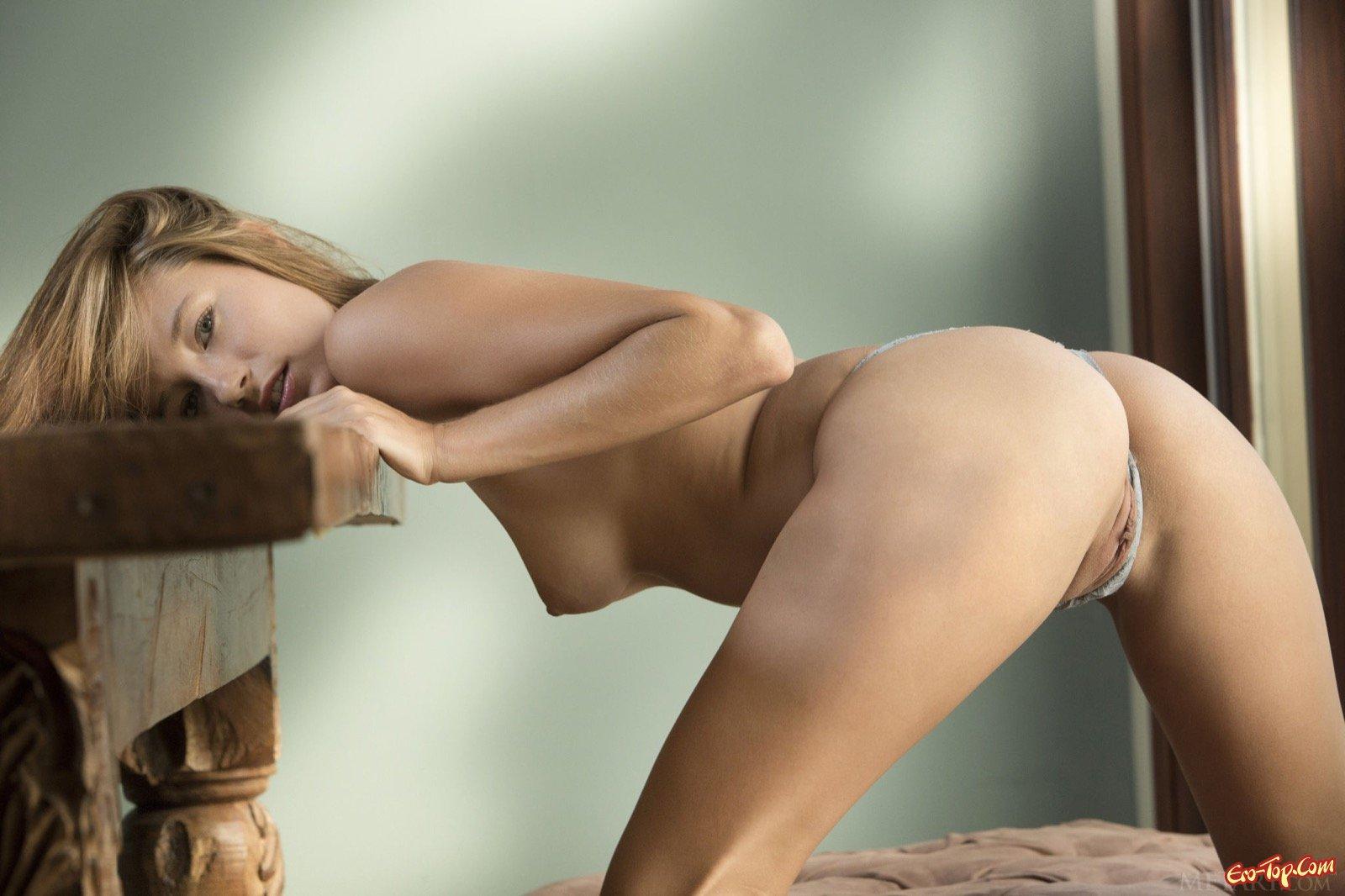 Русая девушка оголившись показывает гладкую киску