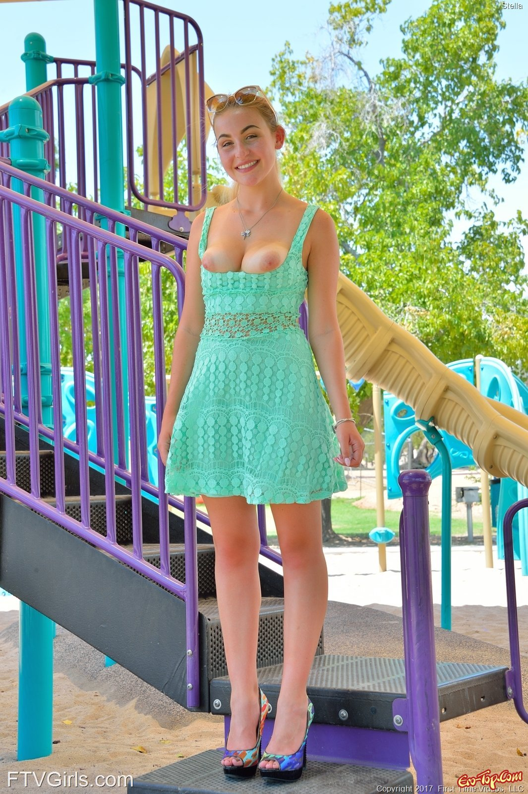 Девушка в платье без трусиков показа бритую киску