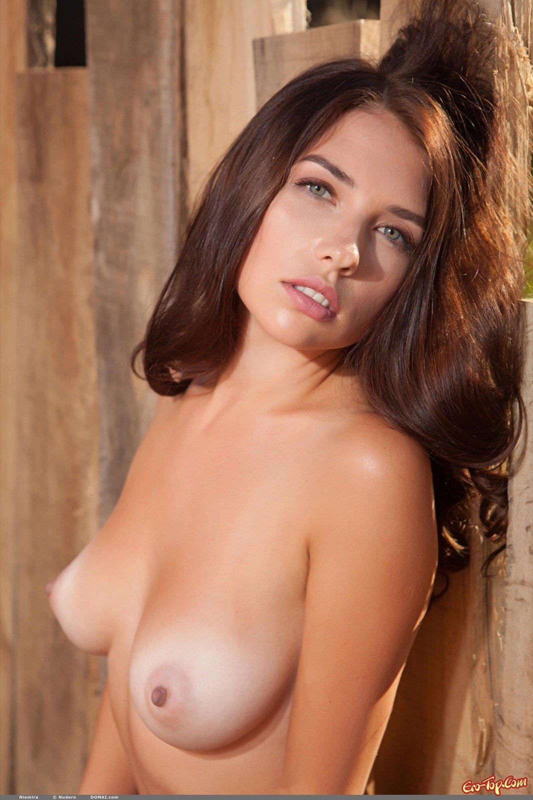 Сидя на стуле стройная модель выставила напоказ висячую грудь секс фото