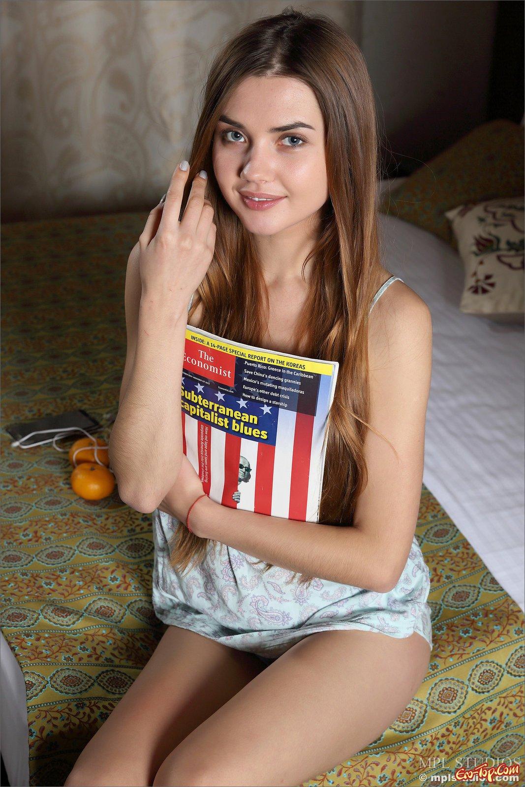 20-летняя красоточка снимает одежду в гостиничном номере