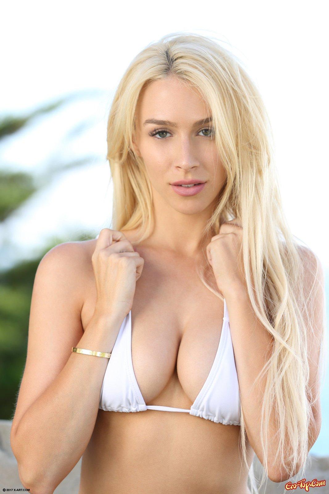 Привлекательная блондинка раздевается до гола