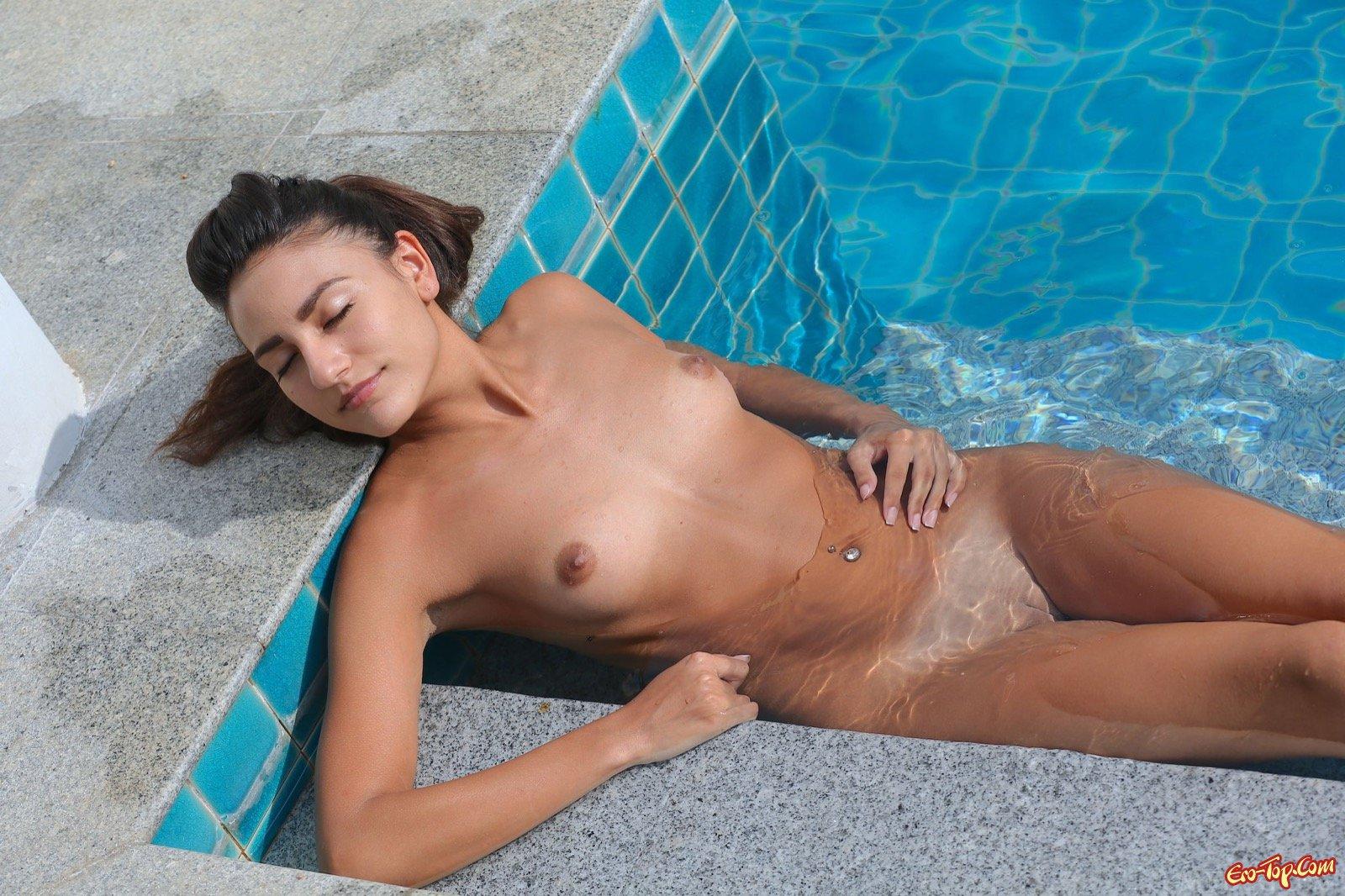 Худышка с миниатюрными буферами купается в бассейне смотреть эротику
