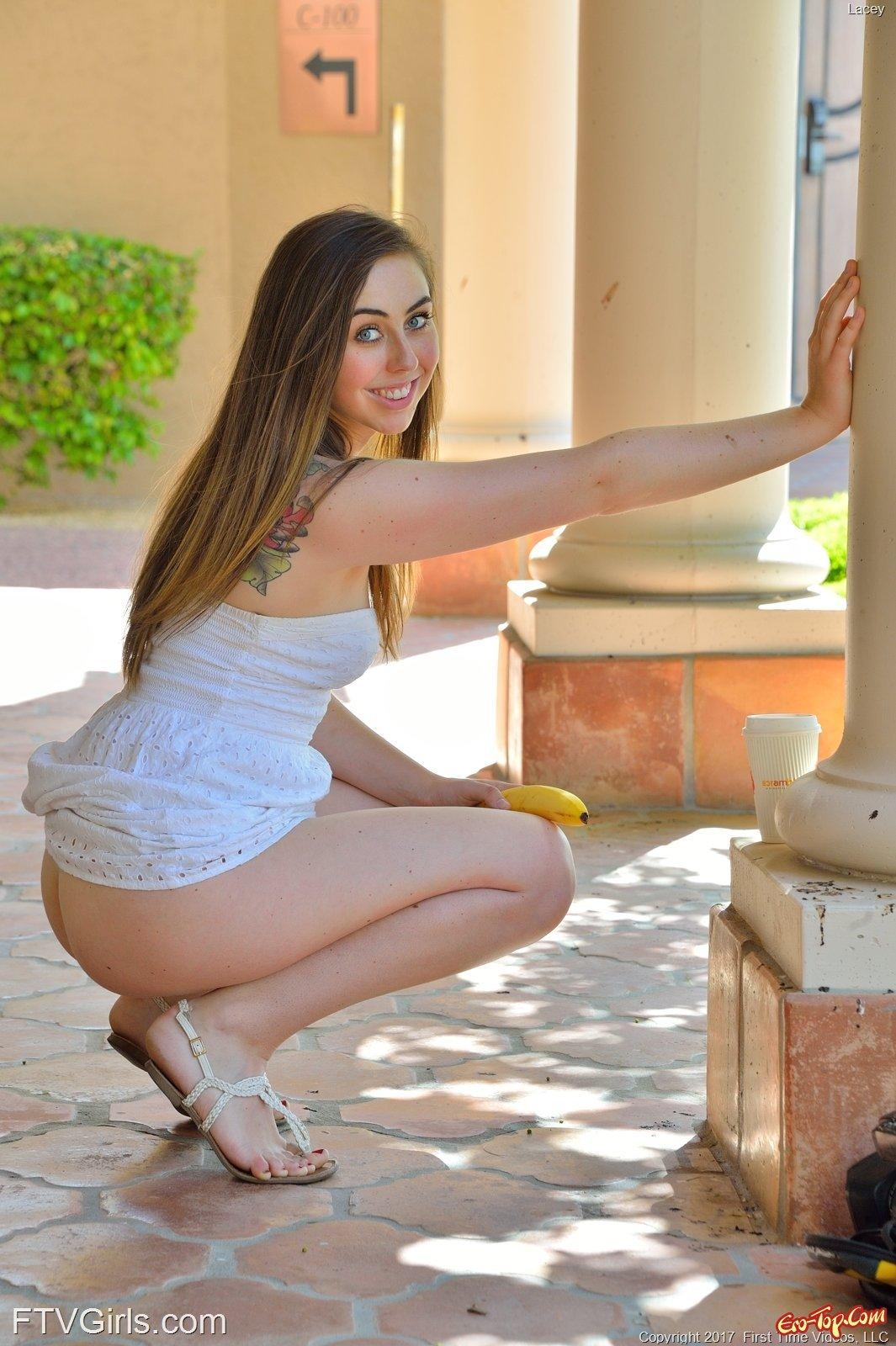 Юная девка желает лакать вагину фаллоимитатором