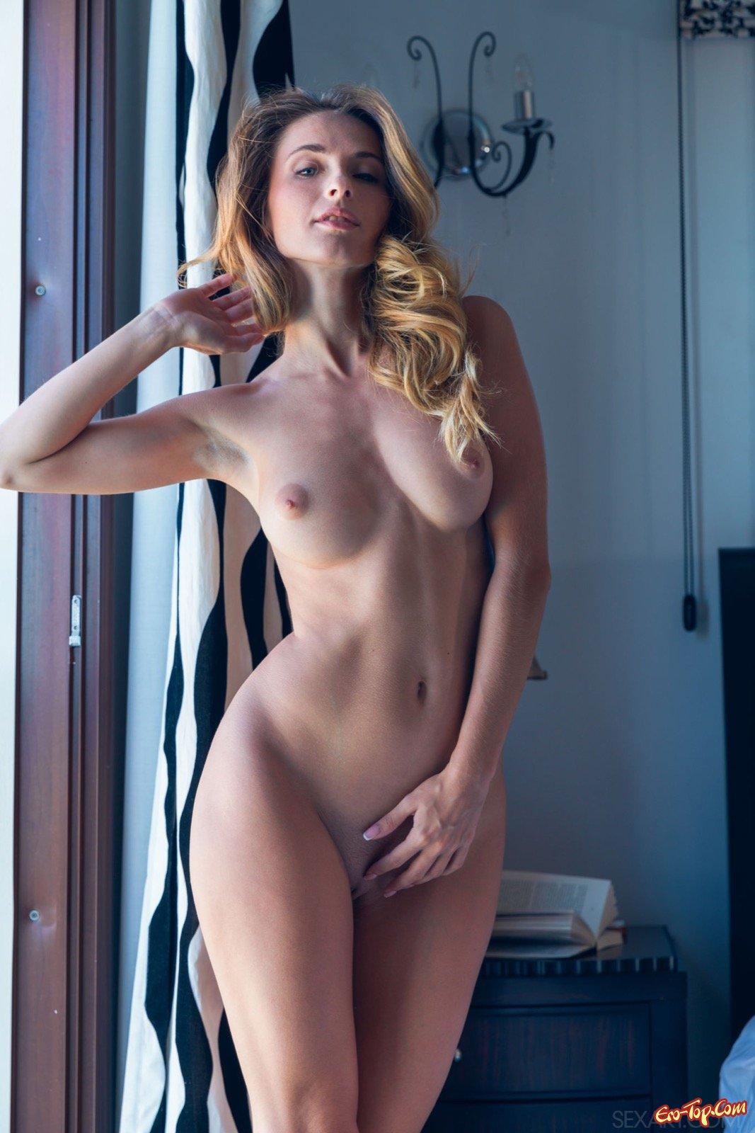 Длинная шлюха сняла лифчик засветив сексапильное тело