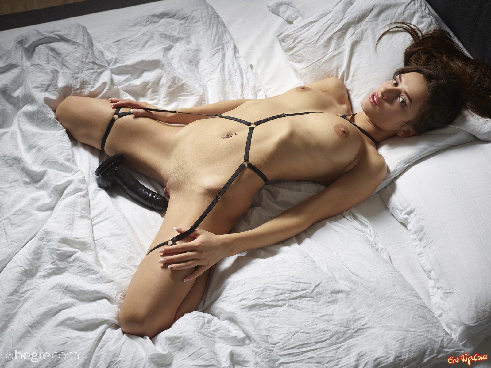 Нагая модель демонстрирует красивое соблазнительное тело