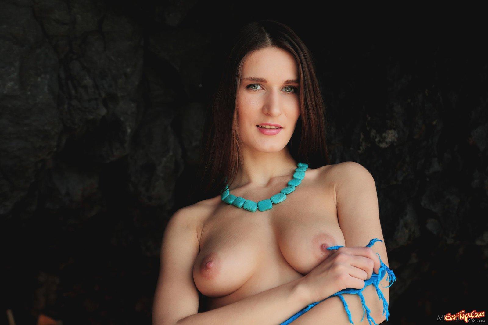 Девушка с натуральной грудью оголилась на пляже