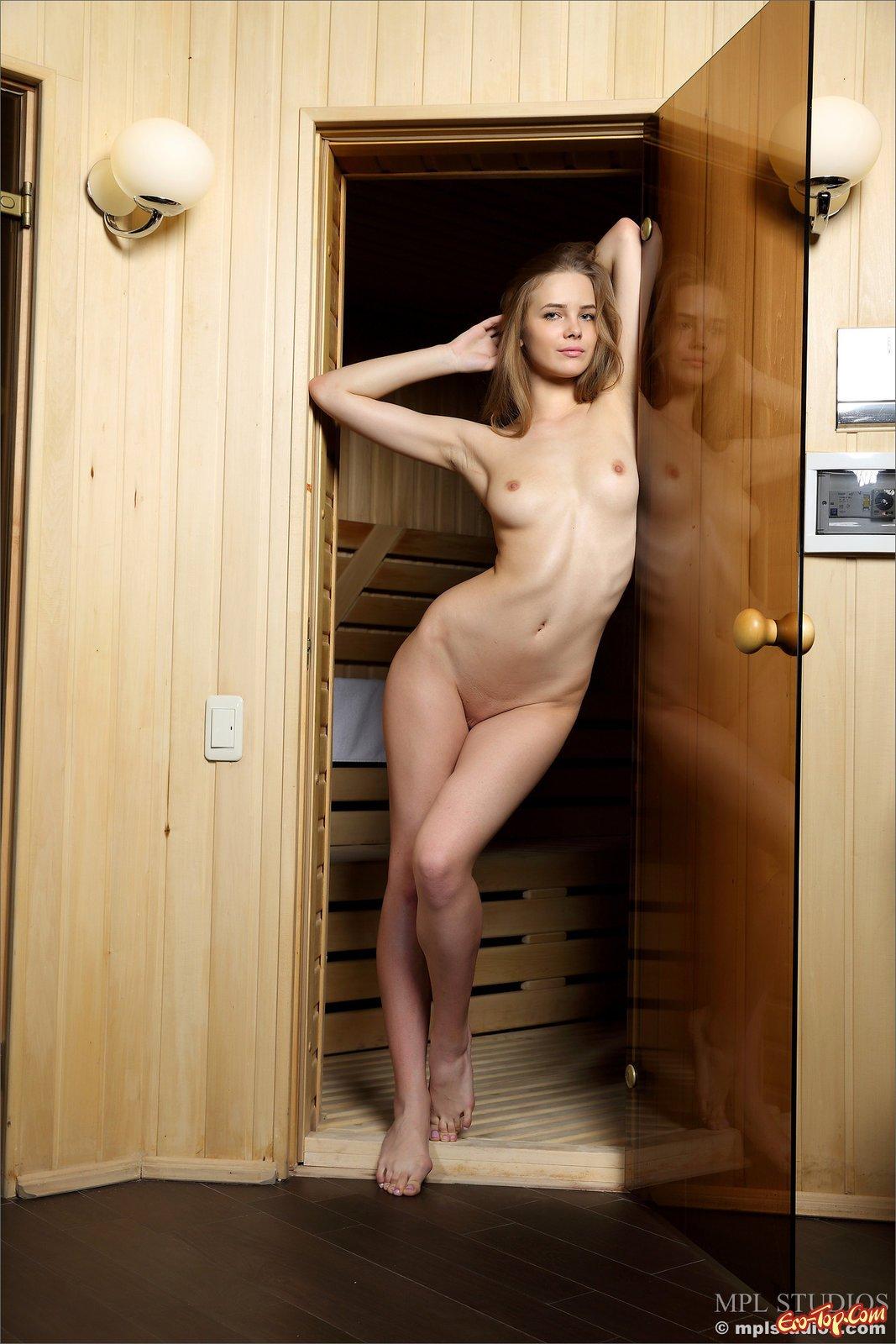 Красивая классная блондиночка позирует в баньке