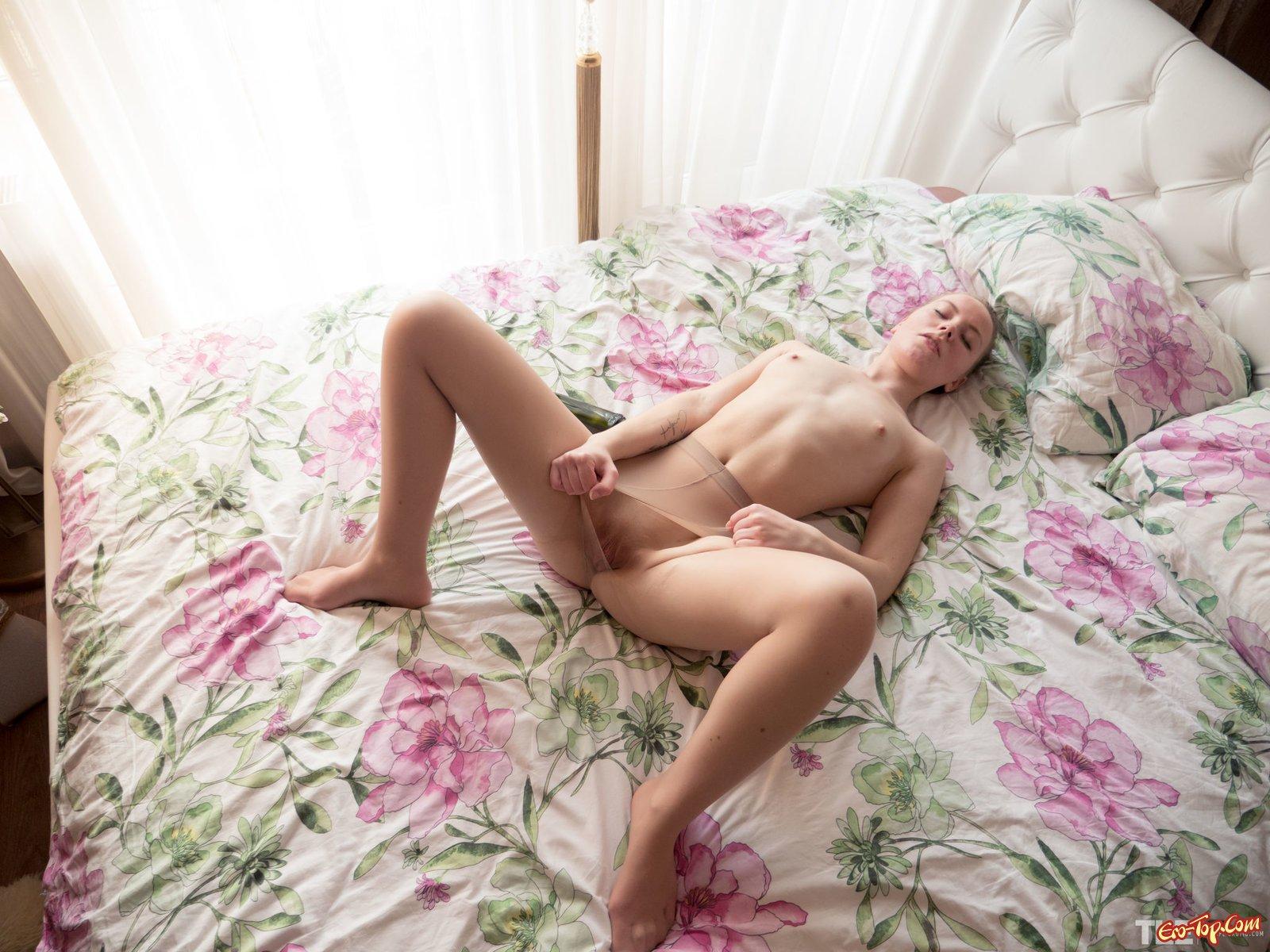 Девушка в колготах дрочит бутылкой  в лежанке секс фото
