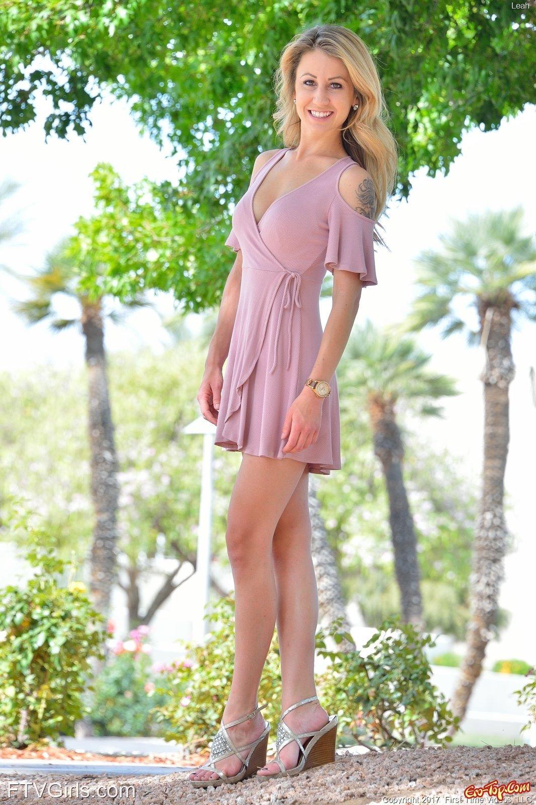 Девушка приподымает платье засвечивая бритую киску