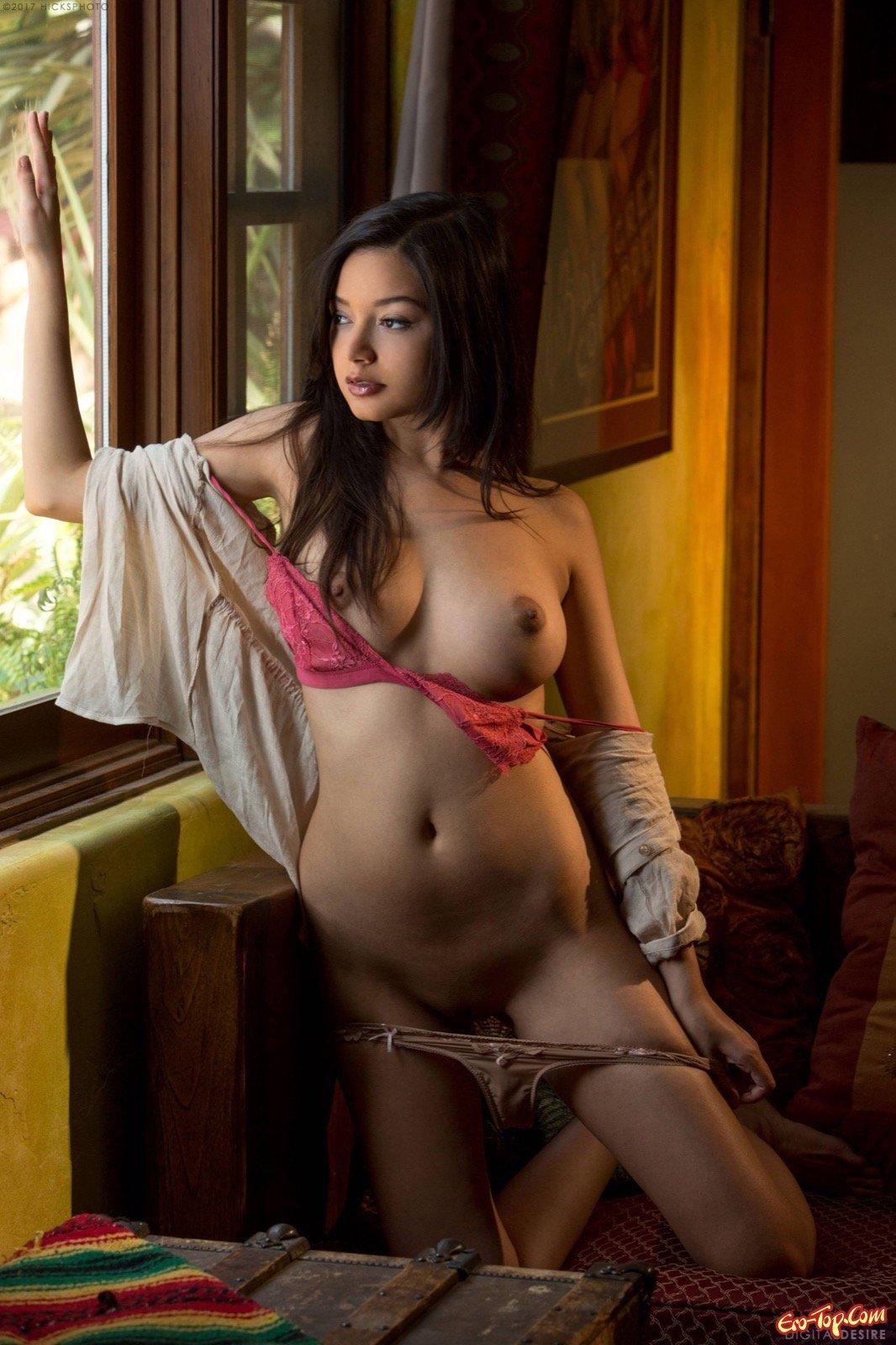 Кореянка с сексапильным торсом показала буфера и письку