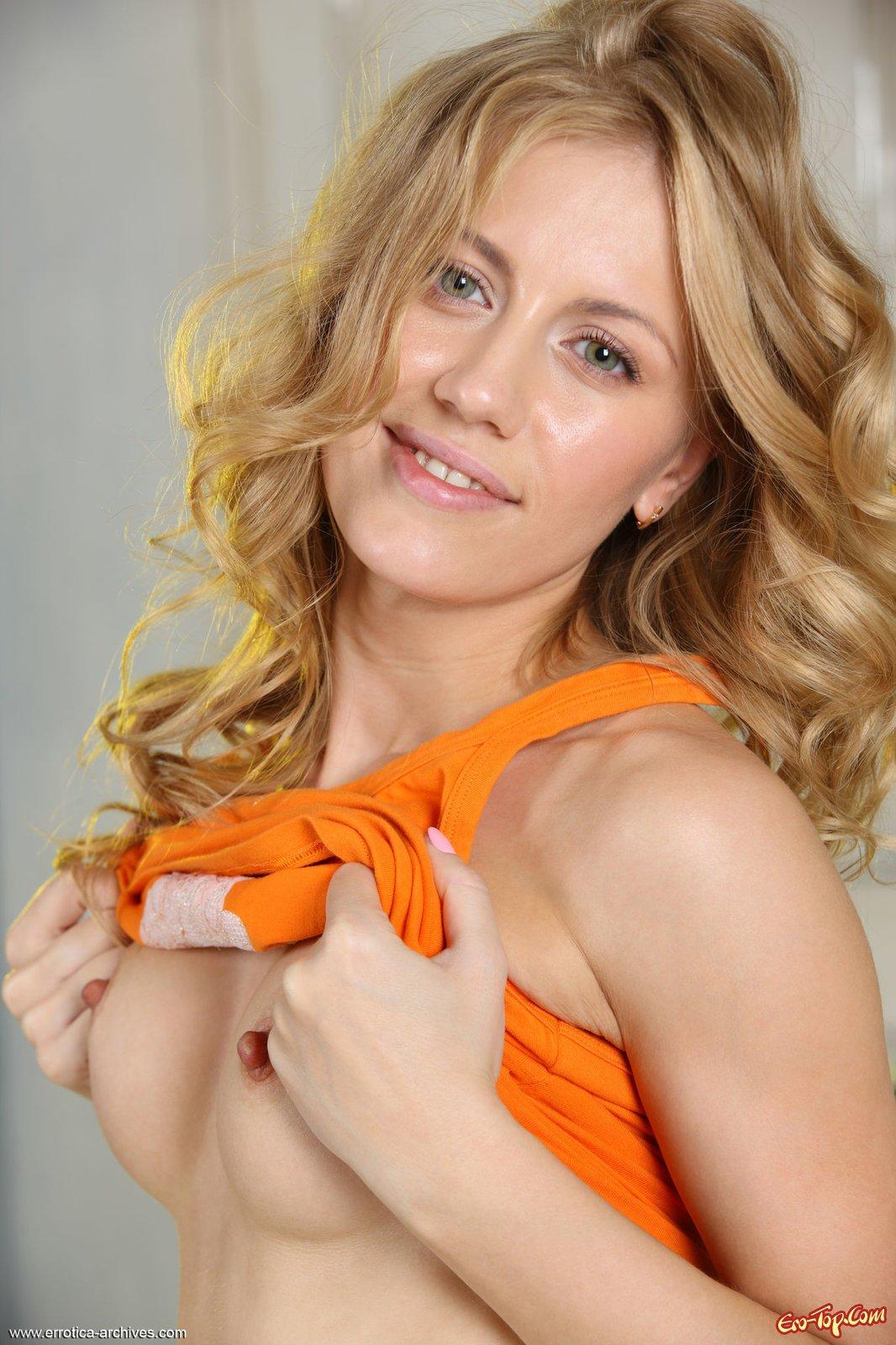 Крутая блонди с соблазнтельными сосками