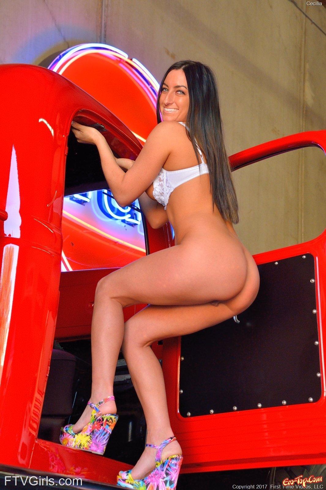 Девка снимает лифчик показывая красивую попку и грудь секс фото