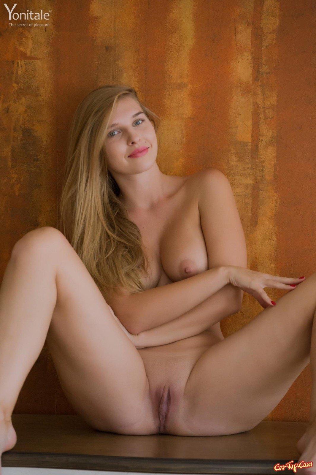 Блондиночка с упругими титьками показывает стриженную киску смотреть эротику