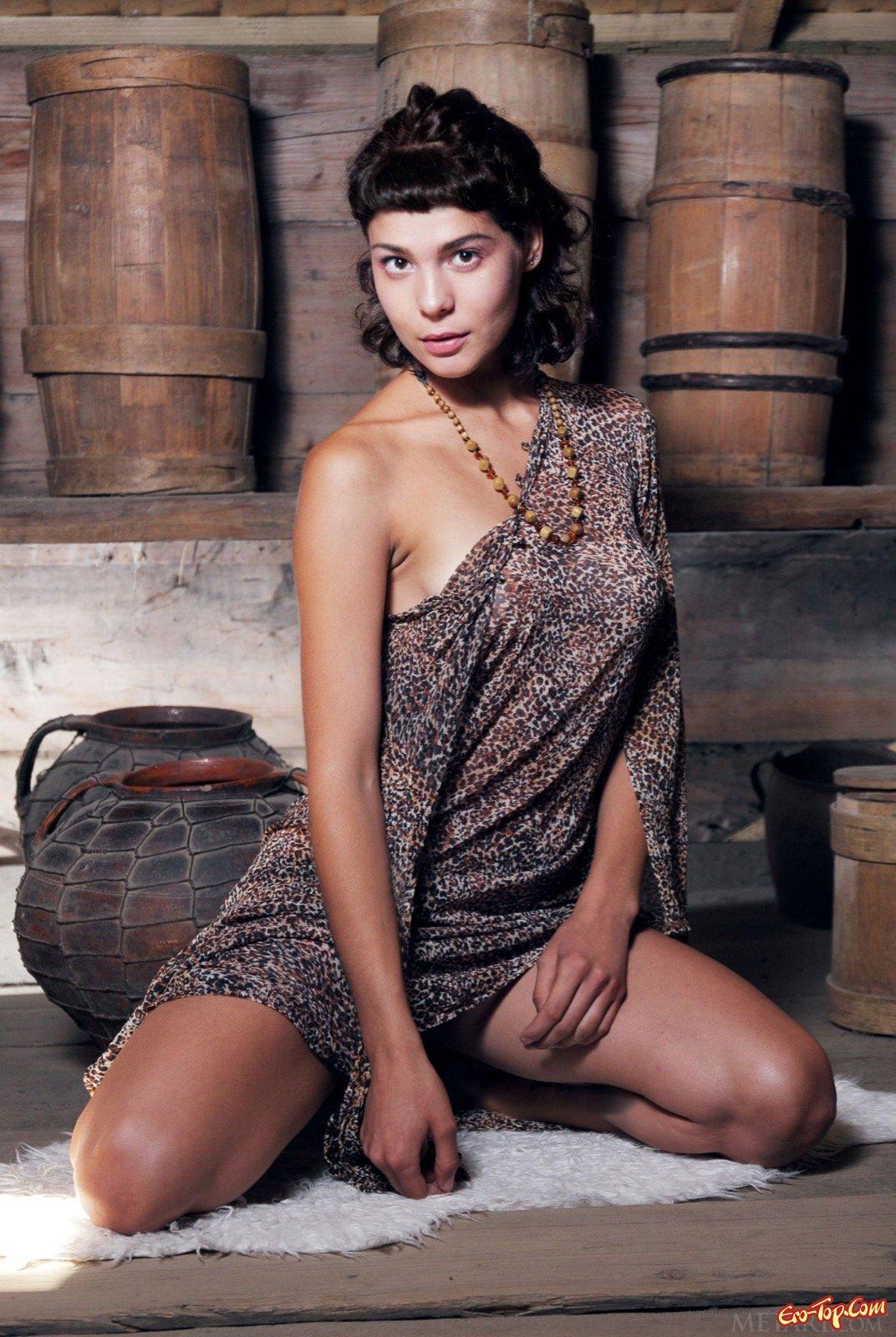 Шатенка с натуральными титьками спускает платье