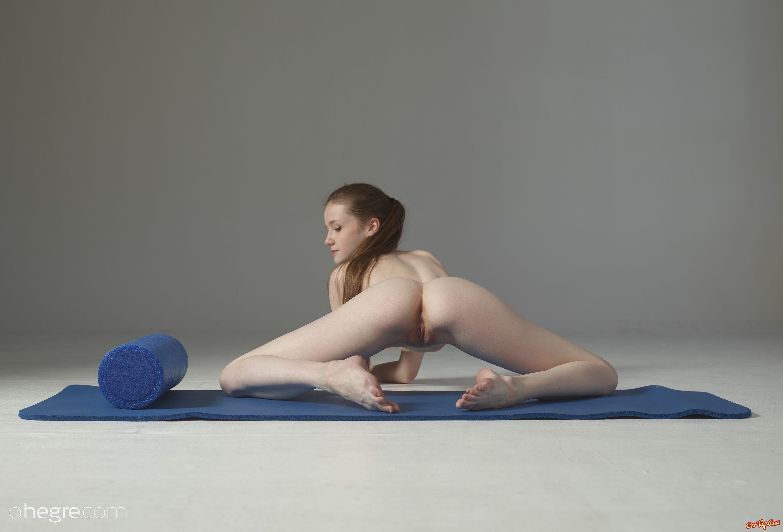 Сексуальная йога от соблазнительной 20-летней бабы
