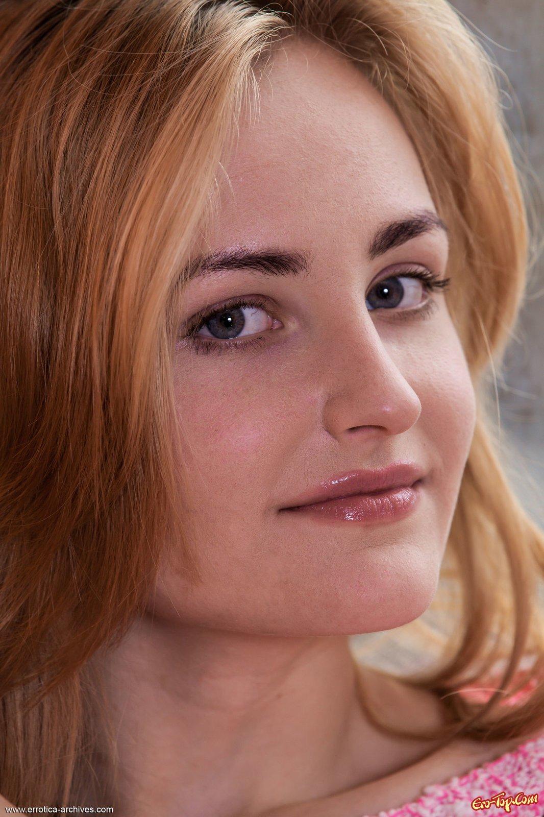Симпатичная девка сняла трусы продемонстрировав стриженную киску