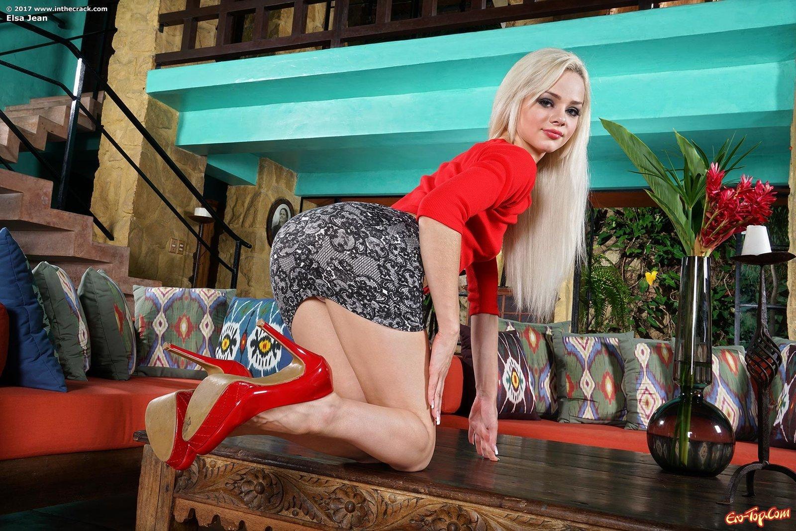 Блондиночка на каблуках мастурбирует сырую письку