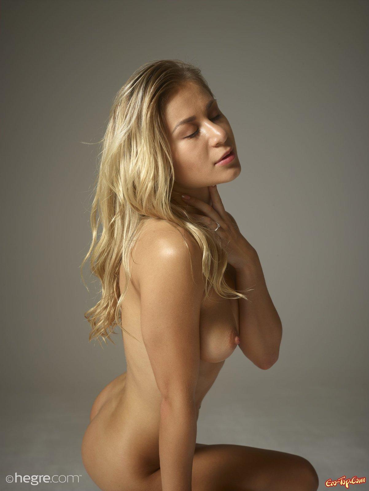 Гибкая модель со свелыми волосами красуется догола голой