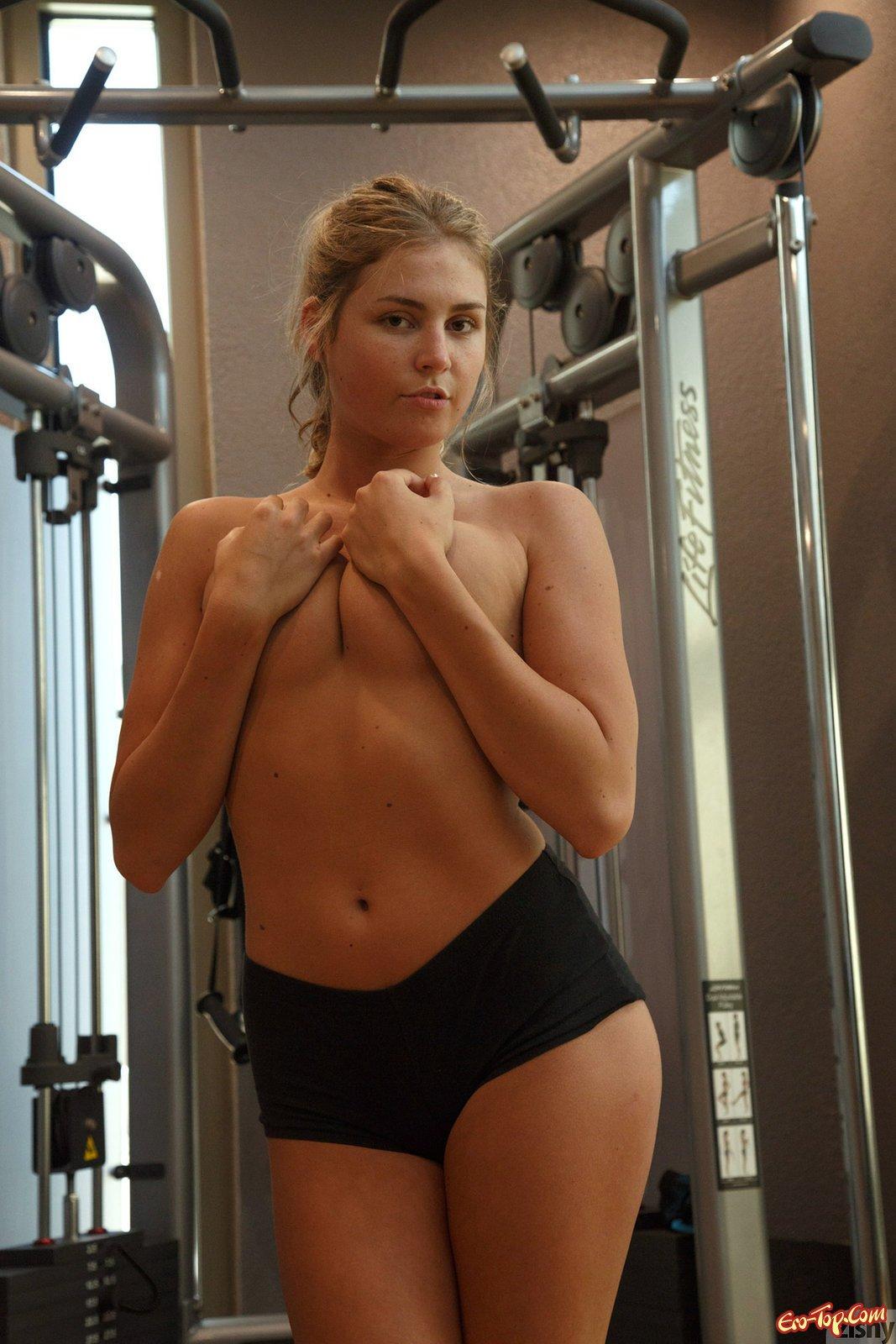 Спортивная шлюшка показывает грудь и пизду в спорт зале