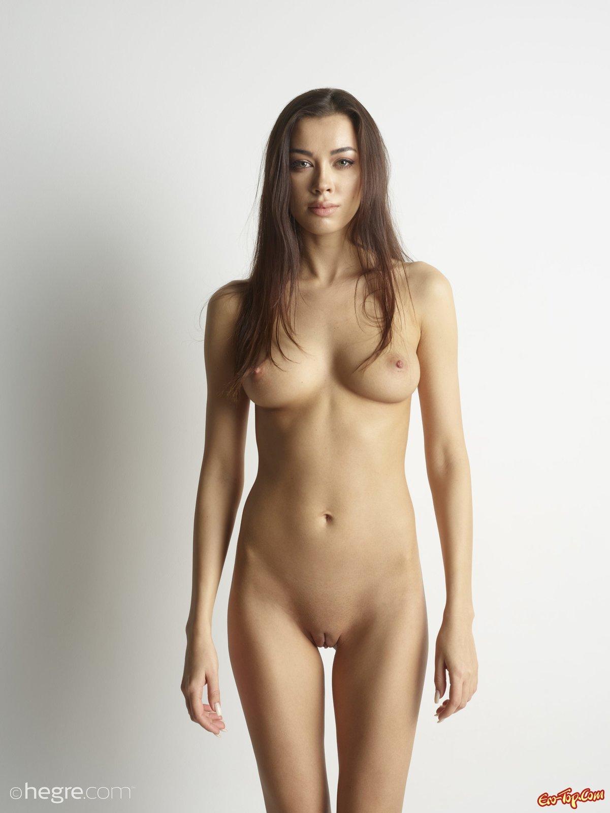 Сексуальная девушка примеряет корсет и колготки