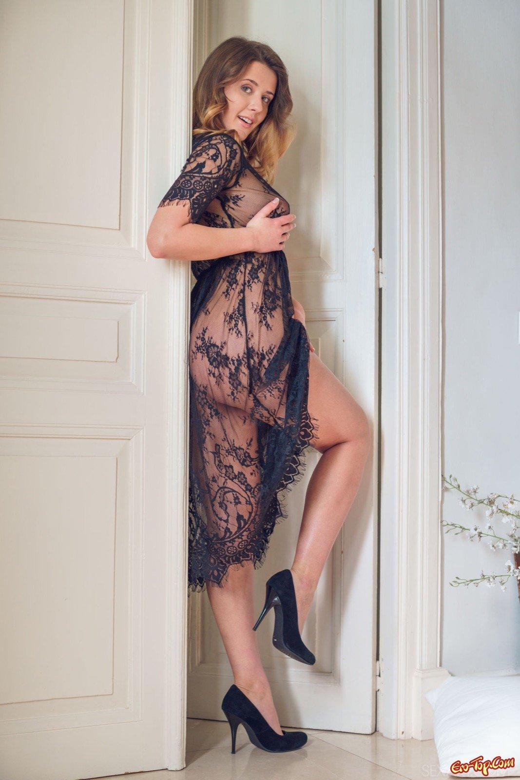 Девушка снимает платье оголяя сексуальное тело