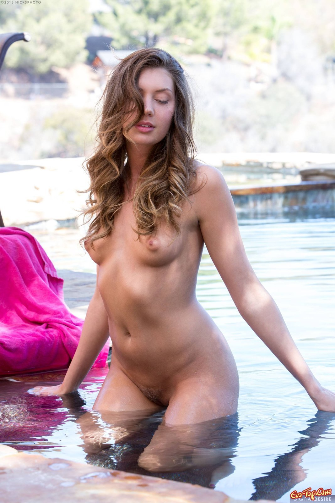 Красотка стянула купальник засветив манду и грудь секс фото