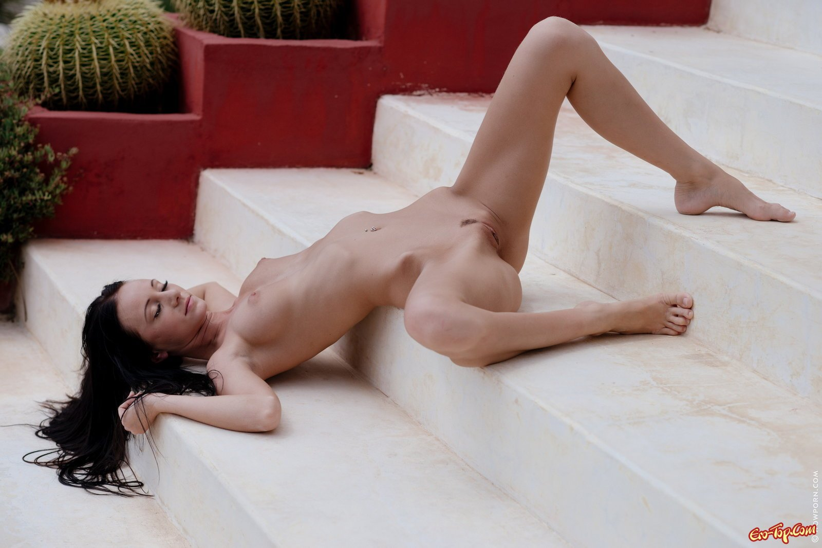 Сексуальная худышка медленно оголяется на ступеньках