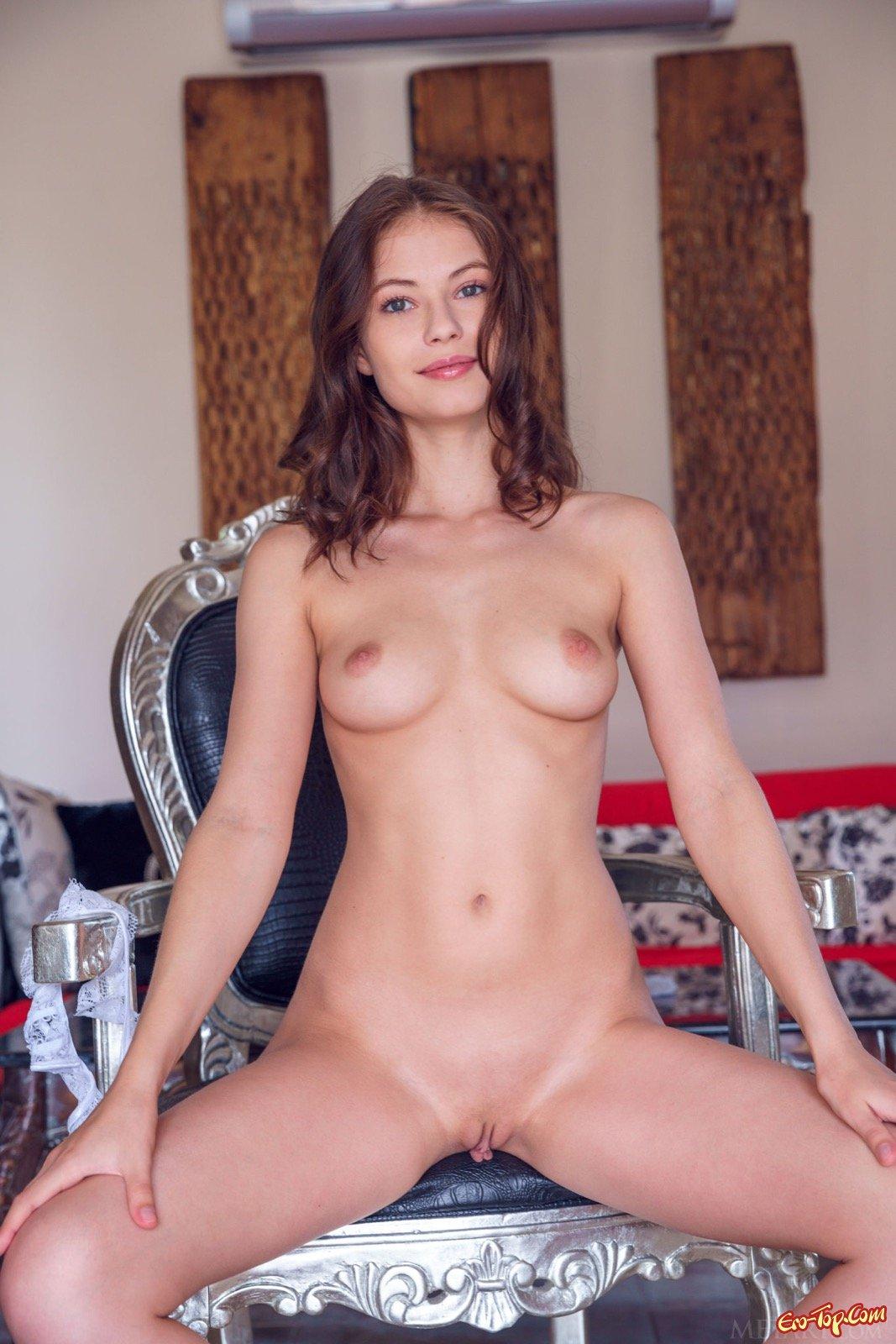 Сексуальная девушка стягивает трусики на стуле