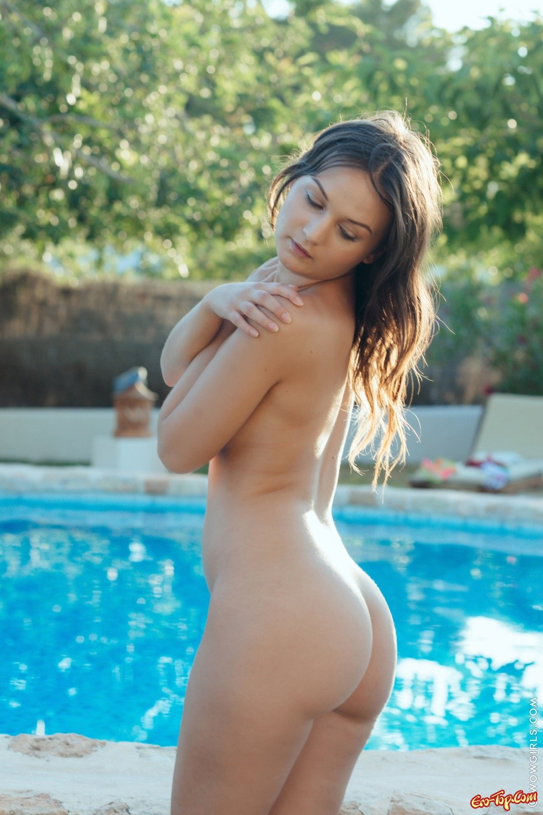 Развратная особа снимает купальник у бассейна