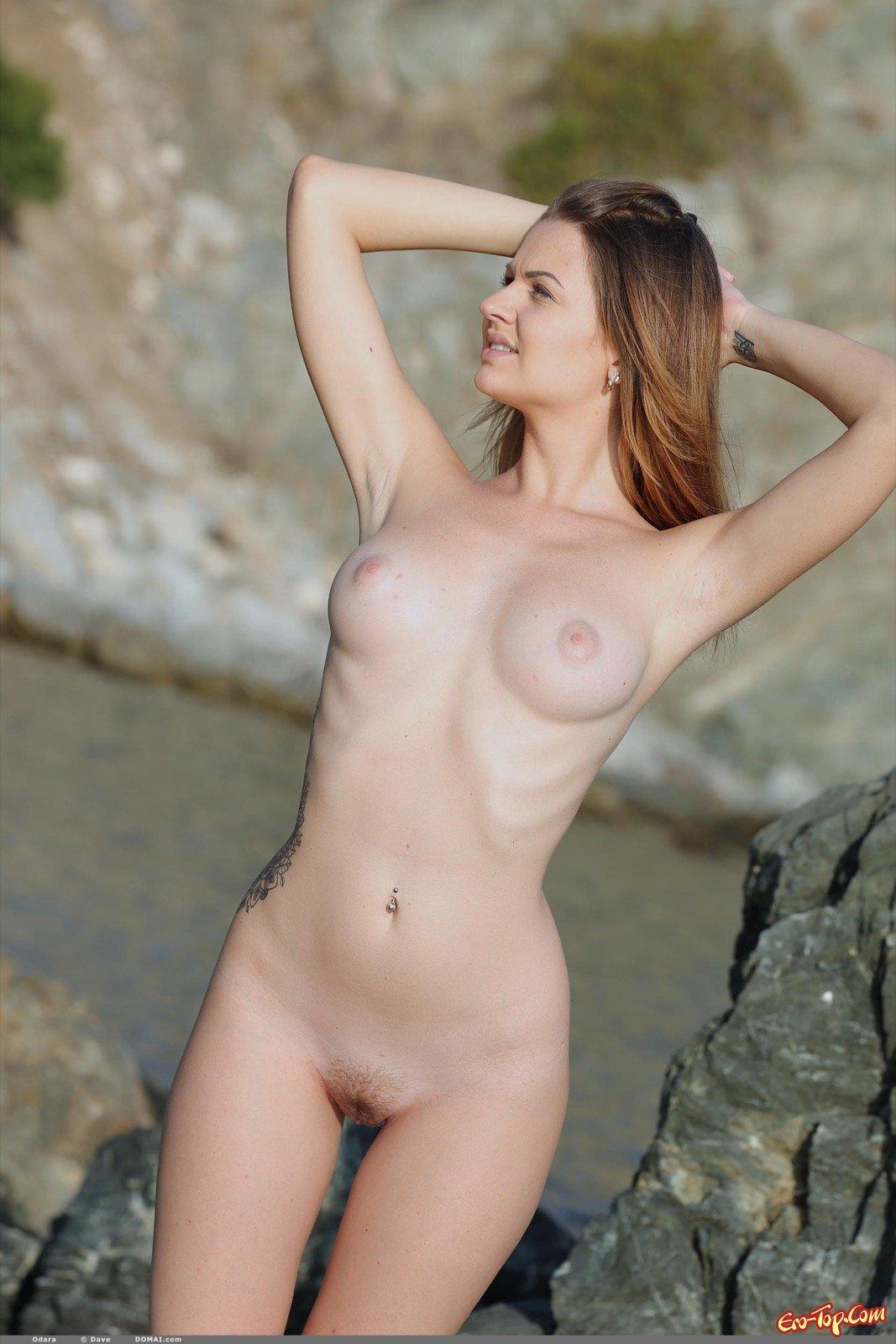 Милашка с небритой вагиной сняла трусы на пляже