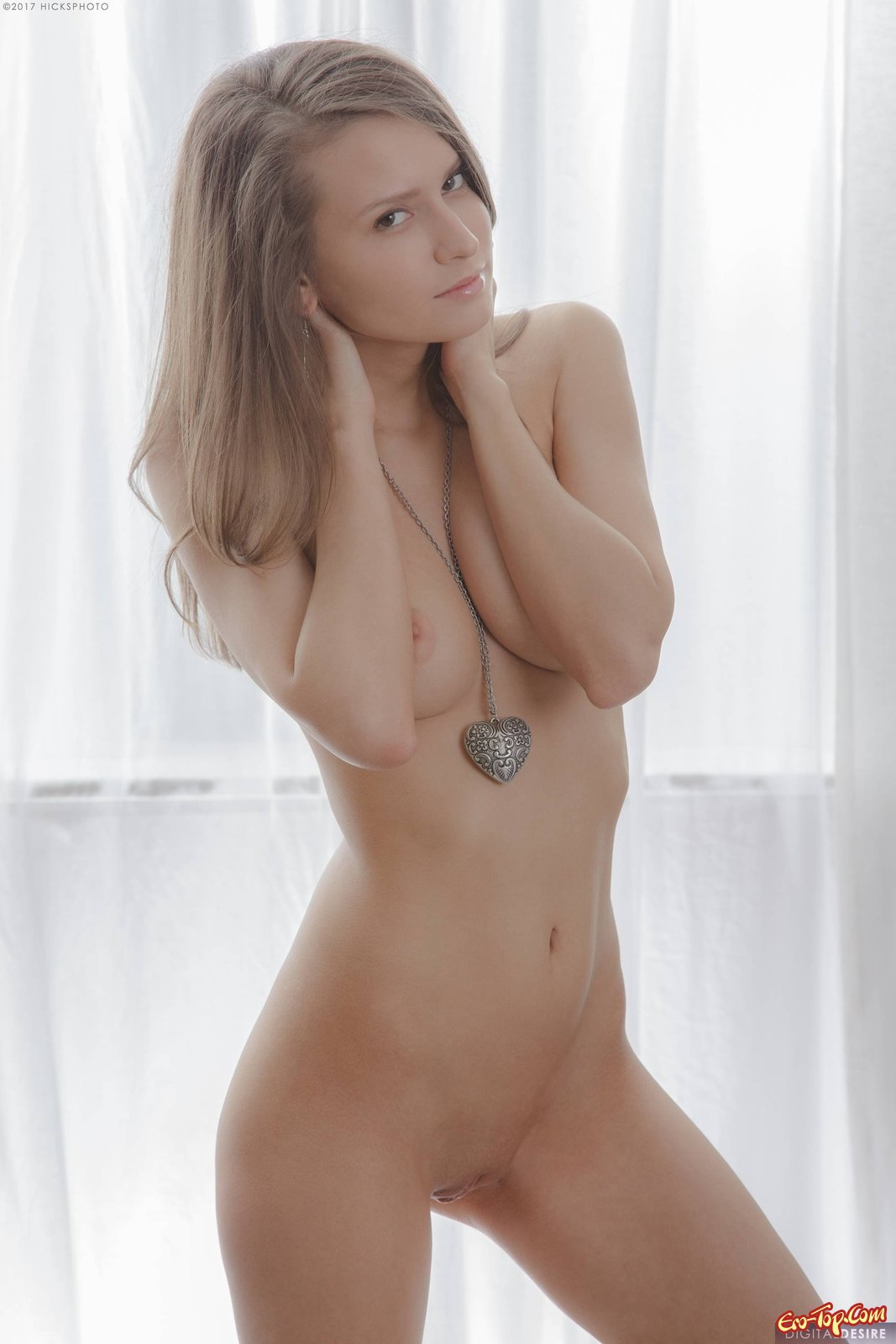 Худая девушка оголяет сиськи снимая нижнее белье