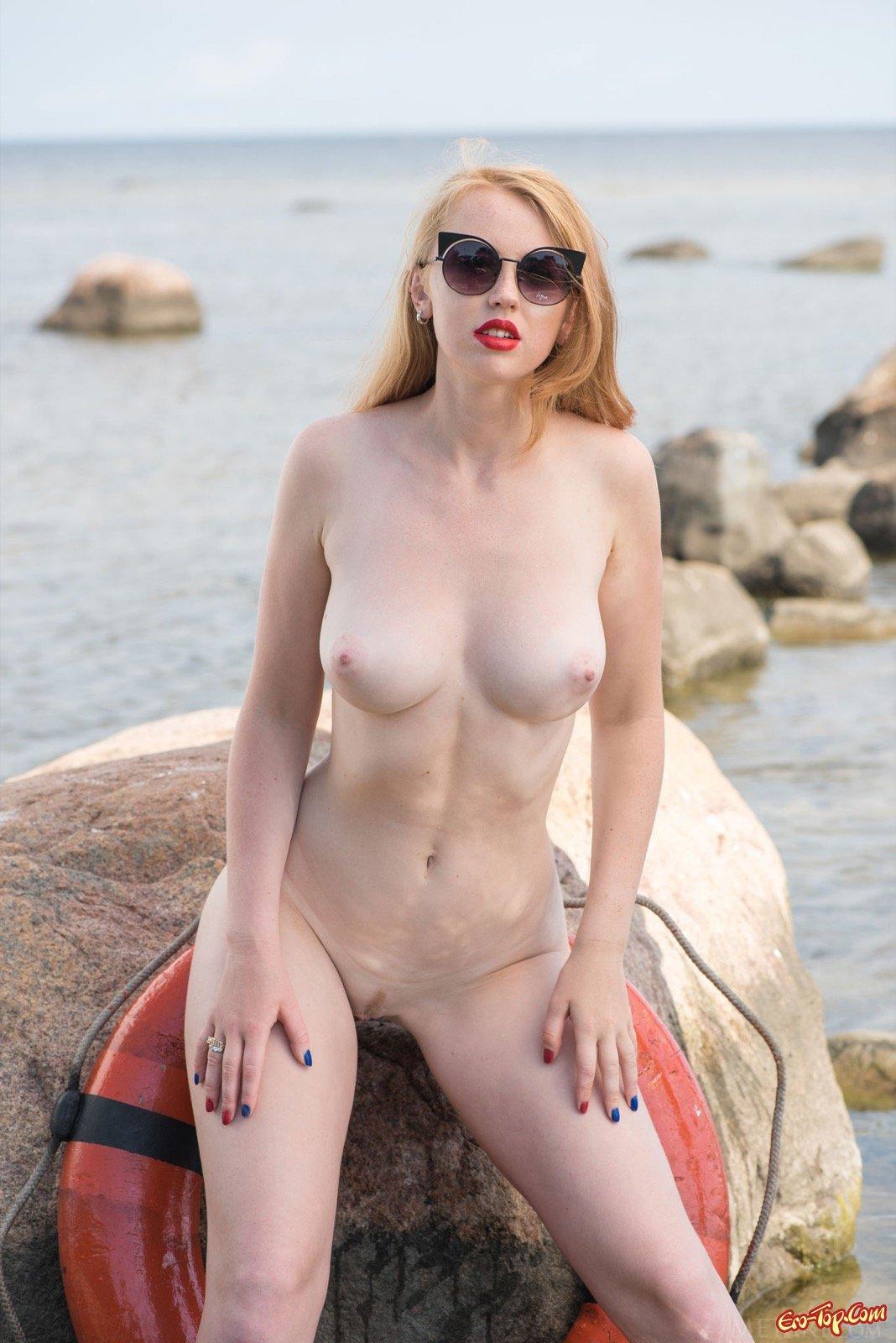 Красотка с круглой задницей сняла купальник на море