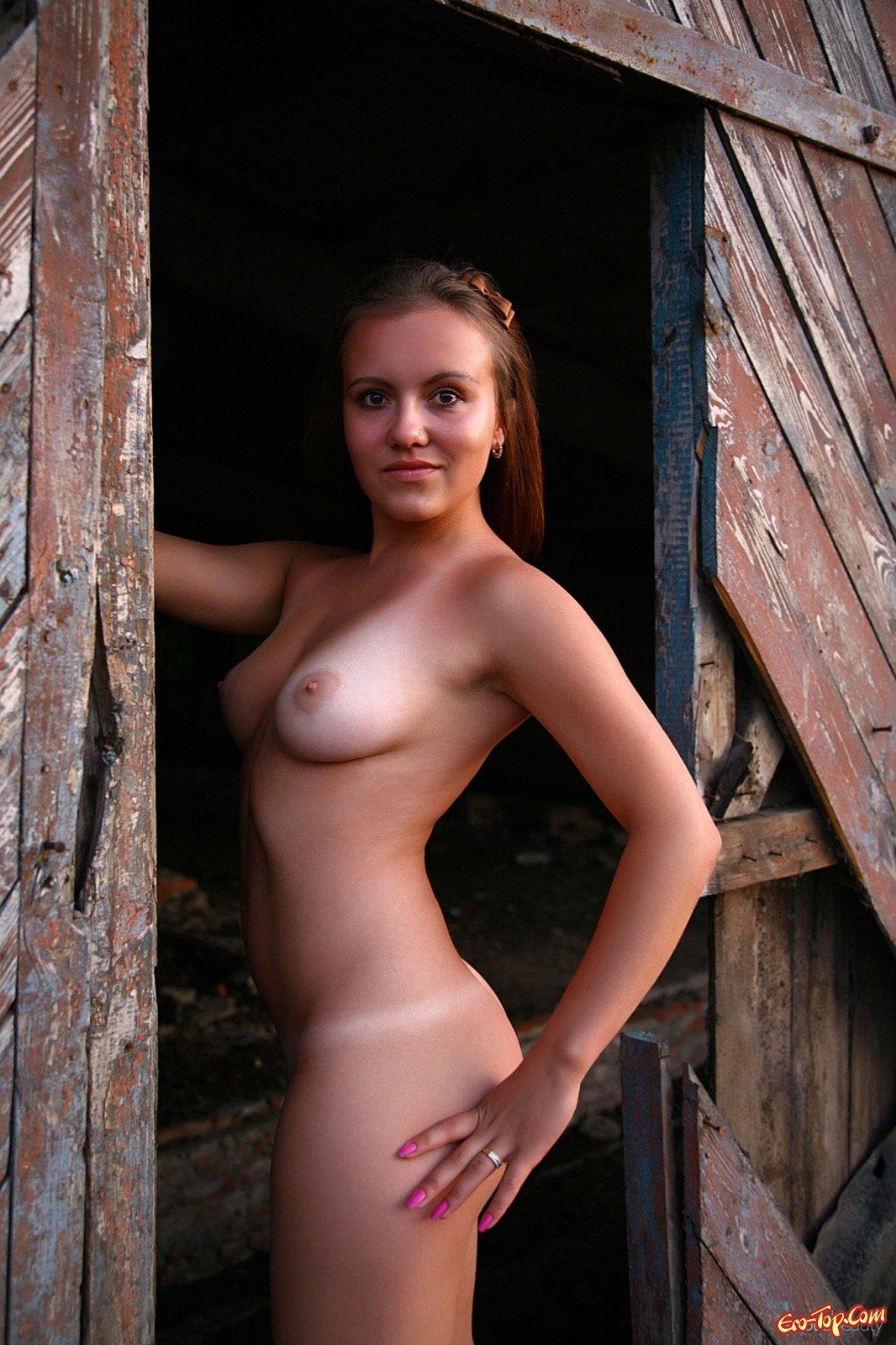 Раздетая барышня делает селфи вблизи от старого сарая смотреть эротику