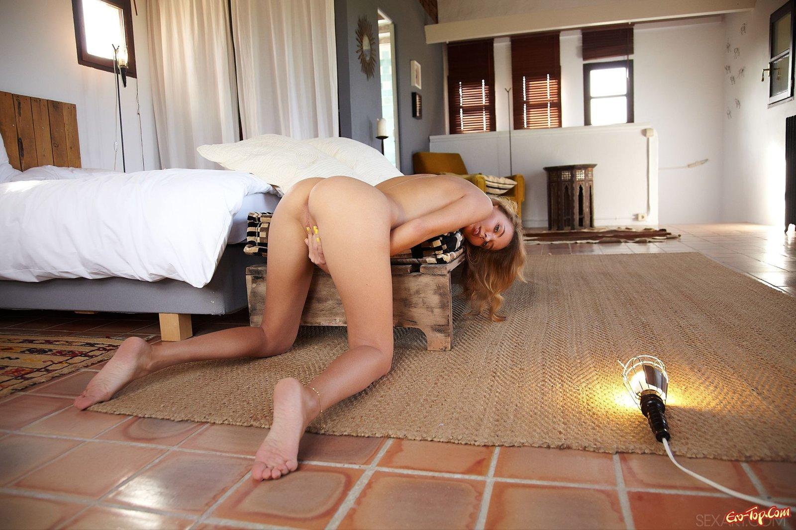 Голая деваха откровенно снимается в спальне