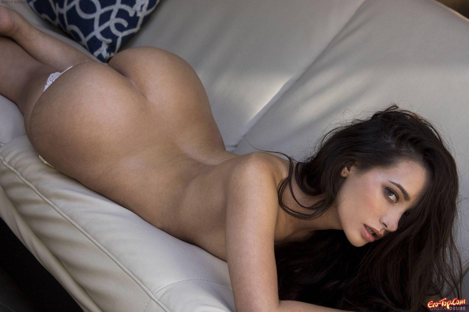 Красавица с симпатичными ягодицами снимает лифчик на диване секс фото